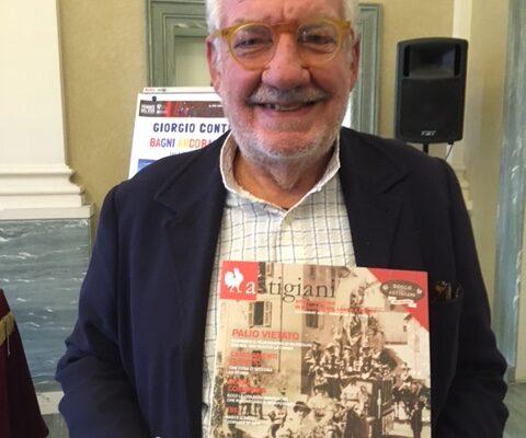 Giorgio Conte con la rivista Astigiani